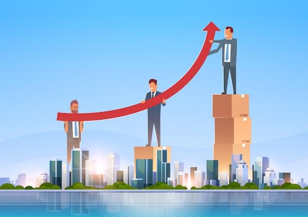 Группа бизнесменов поднимает финансовую стрелку вверх