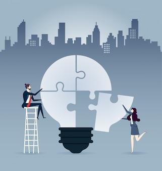 ビジネスマン、梯子に座って、アイデアを完成する電球のパズル - イラスト