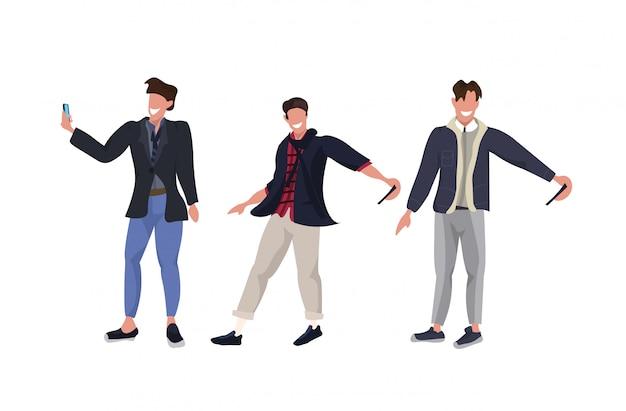 スマートフォンカメラでカジュアルな男性の漫画のキャラクターが一緒に立っているさまざまなポーズで写真を撮るビジネスマンホワイトバックグラウンド全長水平