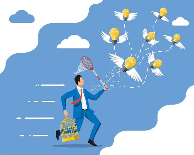 翼でアイデア電球をキャッチし、ケージに入れようとしているビジネスマン。創造的なアイデアやインスピレーション、ビジネスの立ち上げ。フラットスタイルのスパイラルと翼を持つガラス球。ベクトルイラスト