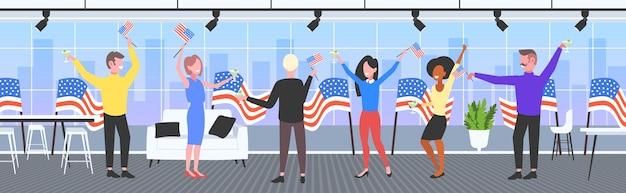祝うビジネスマン、7月のアメリカ独立記念日のお祝いの4日