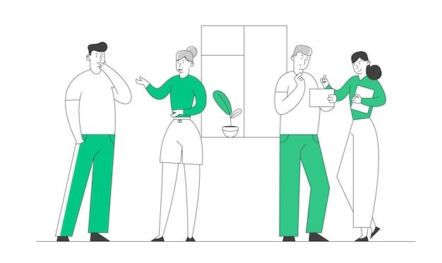 Коллеги-бизнесмены или друзья общаются в помещении.