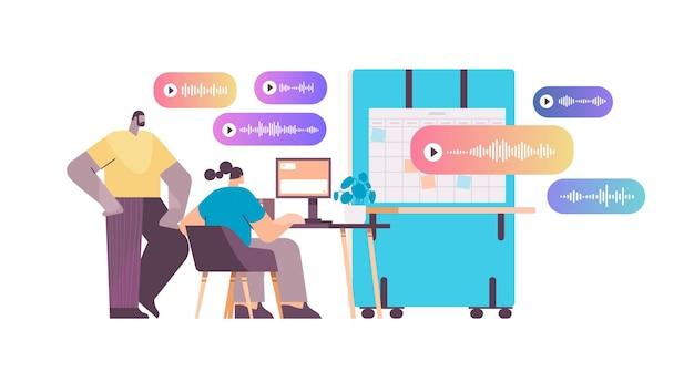 Бизнесмены общаются в мессенджерах с помощью голосовых сообщений приложение аудиочата социальные сети концепция онлайн-общения горизонтальная полная длина векторная иллюстрация