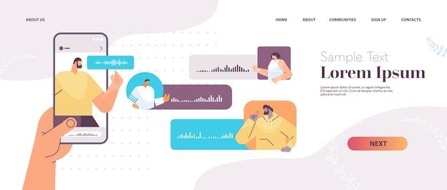 Бизнесмены общаются в мессенджерах с помощью голосовых сообщений приложение для аудио-чата социальные сети концепция онлайн-общения горизонтальная копия пространства векторная иллюстрация