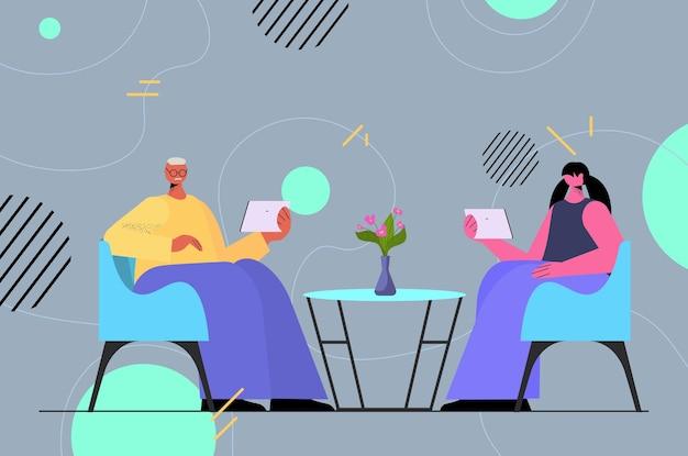 Пара бизнесменов, использующих цифровые гаджеты, социальные сети, концепция онлайн-общения