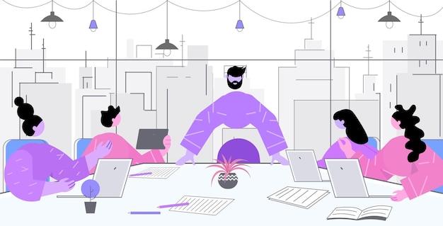Бизнесмены обсуждают во время встречи за круглым столом в офисе