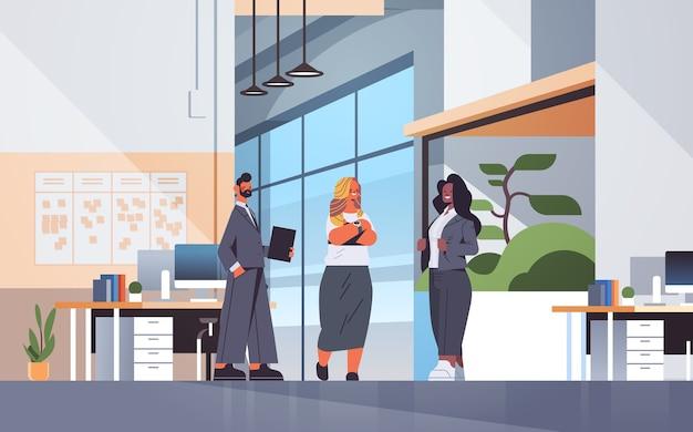 会議中に話し合うビジネスマンビジネスコミュニケーションの概念は、現代のオフィスのインテリアの完全な長さの図
