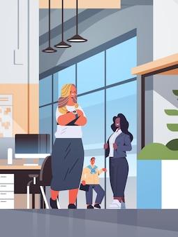 ミーティング中に話し合うビジネスマンビジネスコミュニケーションコンセプトミックスレースの同僚が一緒に立っている現代のオフィスインテリア垂直全長イラスト