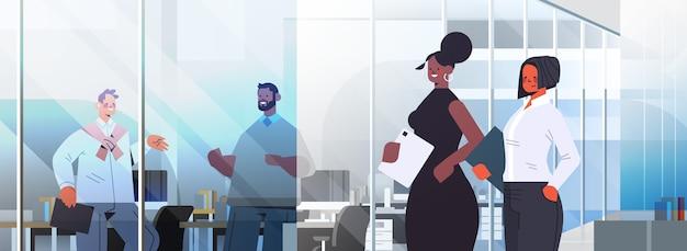 ビジネスコミュニケーションの概念の会議中に話し合うビジネスマンは、オフィスのイラストで働く人種の同僚をミックスします
