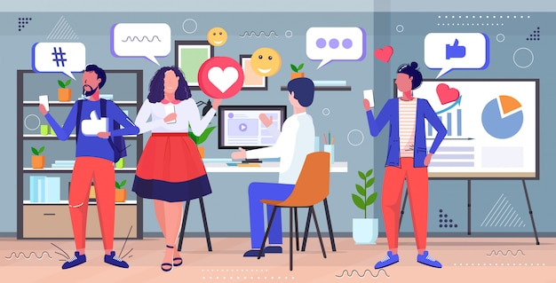 Деловые люди обсуждают во время встречи социальные медиа сеть чат пузырь общение концепция смесь расы коллеги в центре совместной работы современный офис интерьер эскиз полная длина горизонтальный