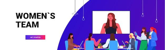 オンライン会議会議を持っているビジネスマンは、オフィスでのビデオ通話中にリーダーの女性と話し合うビジネスウーマンチーム水平ポートレートコピースペースベクトル図