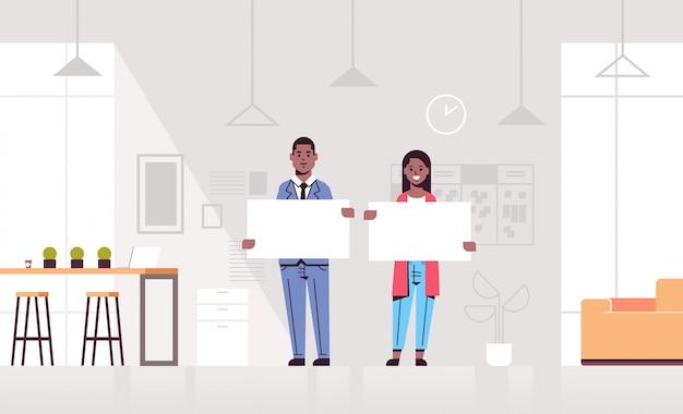 Пусто пусто пусто картон пусто нутряно офисы удерживание показывать люди concept офис вывеска рекламировать нутряно самомоднейшие горизонт