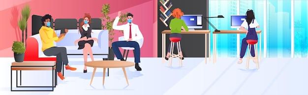 작업 및 coworking 센터 코로나 바이러스 전염병 팀워크 개념 현대 사무실 인테리어 가로 전체 길이에서 함께 이야기하는 기업인