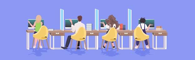 コロナウイルスの流行を防ぐために距離を保つビジネスマンcovid-19保護対策オフィス内部水平