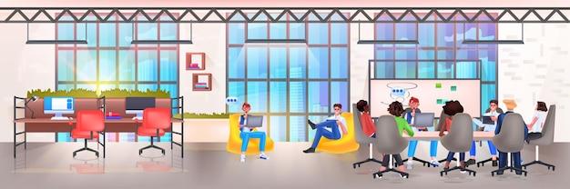 Команда бизнесменов обсуждает во время встречи за круглым столом, чат, пузырь, общение, коллективная работа, мозговой штурм, концепция, интерьер офиса, горизонтальная векторная иллюстрация