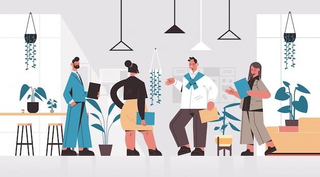 비즈니스 사람들이 브레인 스토밍 회의 중에 논의 기업인 팀