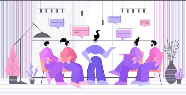 Команда бизнесменов обсуждает во время встречи чат пузырь общение мозговой штурм концепция совместной работы горизонтальная полная длина