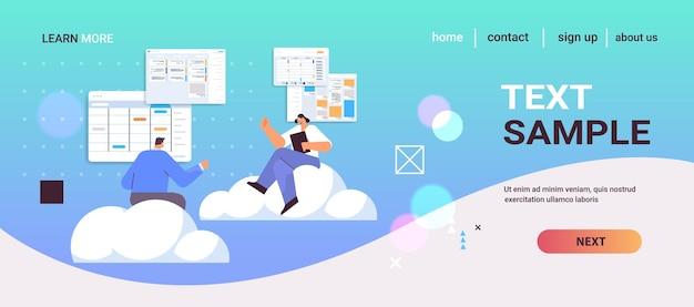 Группа бизнесменов, планирующая день, планирование встречи в приложении-календаре, целевая страница повестки дня