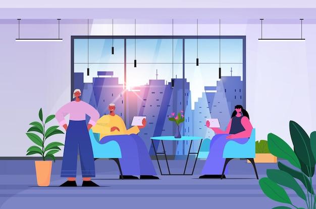 디지털 가제트를 사용하는 기업인 팀 현대 사무실에서 일하는 비즈니스 사람들 수평 전체 길이 벡터 일러스트 레이 션