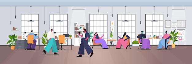 Команда бизнесменов, работающих вместе в творческом коворкинге, современный офисный интерьер, горизонтальная полная длина, векторная иллюстрация