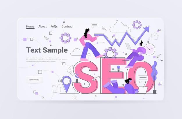 Команда бизнесменов, работающих вместе над страницей лендинга для поисковой оптимизации seo