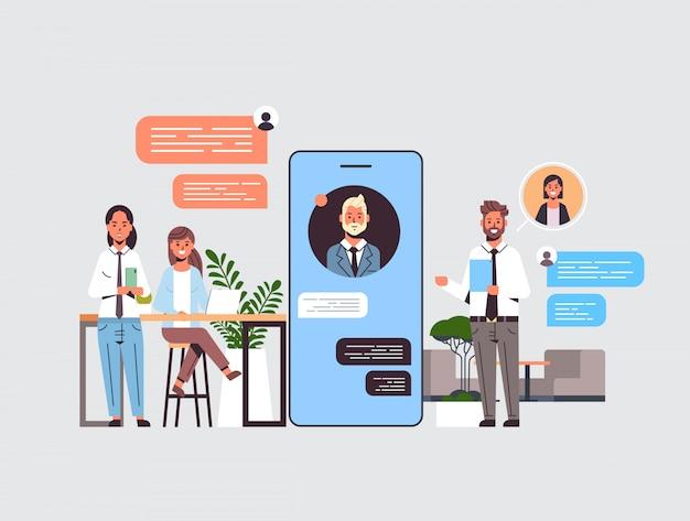 디지털 장치 소셜 네트워크 채팅 거품 통신 개념에 채팅 응용 프로그램을 사용하는 비즈니스맨