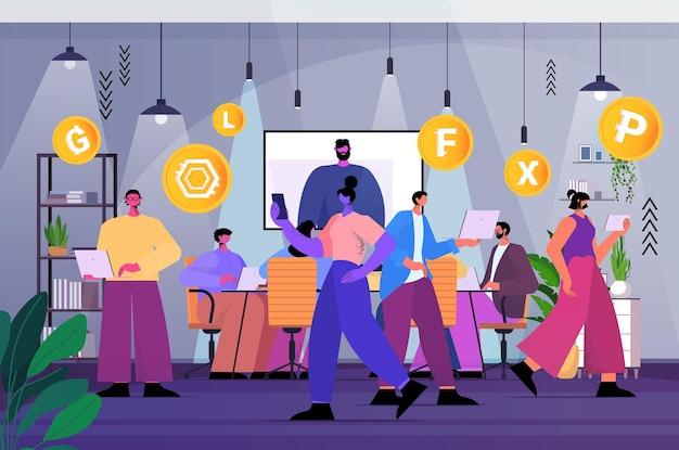 Бизнесмены, использующие приложение для добычи криптовалюты на ноутбуках, приложение виртуальных денежных переводов, банковские транзакции, концепция цифровой валюты, интерьер офиса, горизонтальная полная длина, векторная иллюстрация