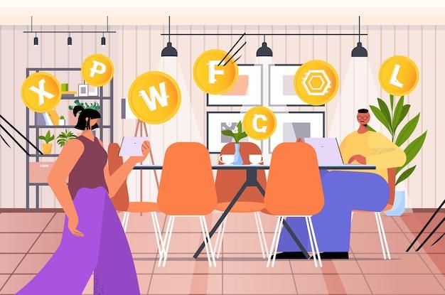 Бизнесмены, использующие приложение для майнинга криптовалюты на ноутбуках, приложение для виртуальных денежных переводов, банковские транзакции