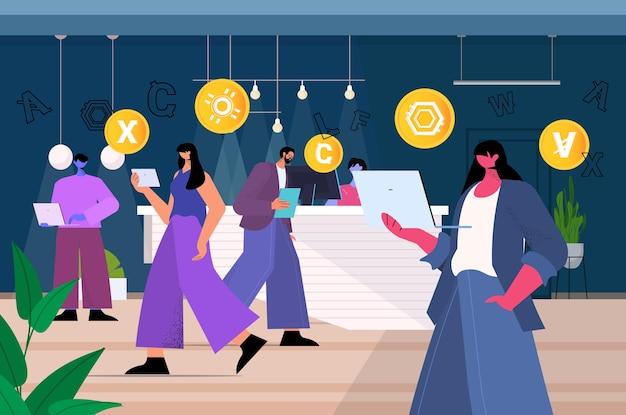 ノートパソコンの仮想送金アプリケーションで暗号通貨マイニングアプリを使用しているビジネスマン