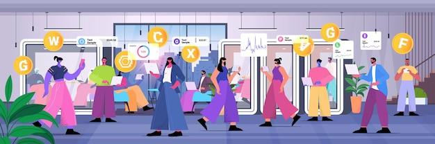暗号通貨マイニングアプリ仮想送金アプリケーション銀行取引デジタル通貨を使用しているビジネスマン