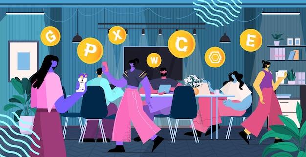 Бизнесмены, использующие приложение для майнинга криптовалюты, приложение для виртуальных денежных переводов, банковские транзакции, цифровая валюта
