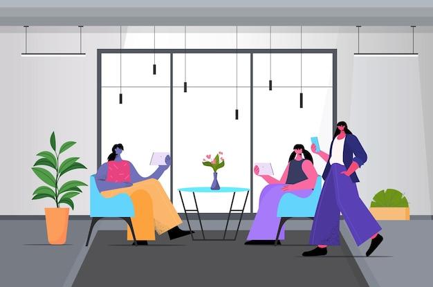 Бизнесмены, использующие цифровые гаджеты и общающиеся в творческой коворкинг-зоне, современный офисный интерьер, горизонтальная полная длина, векторная иллюстрация