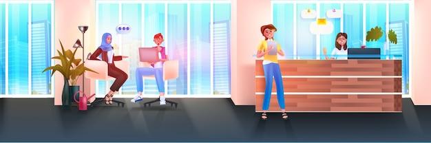 Бизнесмены используют цифровые гаджеты и обсуждают во время встречи деловых людей, работающих в современном офисе, концепция совместной работы, горизонтальная полная длина, векторная иллюстрация