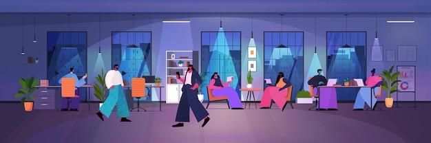 Бизнесмены, использующие цифровые гаджеты деловые люди, работающие в современном темном ночном офисе, горизонтальная полная длина векторная иллюстрация