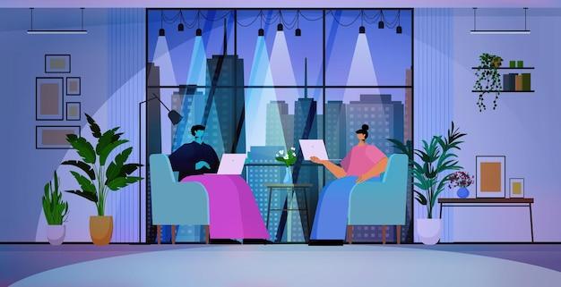 Бизнесмены, использующие ноутбуки деловые люди, работающие в современном темном ночном офисе, горизонтальная полная длина векторная иллюстрация