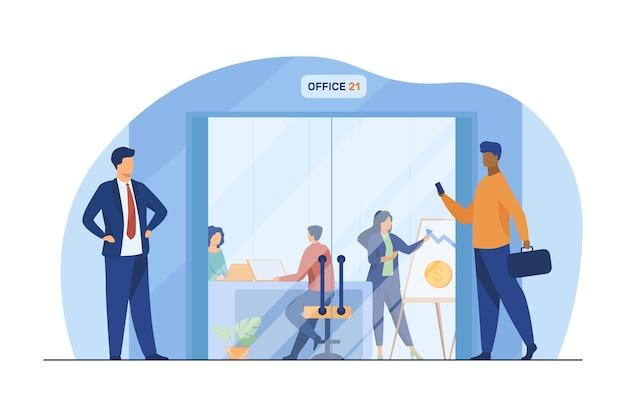 Бизнесмены, идущие в коридоре к стеклянной двери офиса. сотрудники на рабочих местах и презентационная доска плоские векторные иллюстрации. бизнес центр