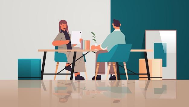 Бизнесмены работают и общаются в творческой концепции совместной работы в центре коворкинга