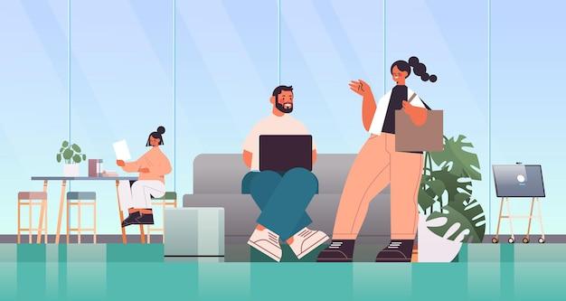 작업 및 coworking 센터 비즈니스 회의 팀워크 개념에서 함께 이야기 기업인
