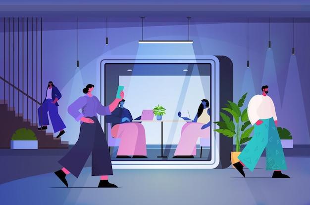 Бизнесмены, работающие в защитных стеклянных кабинах в современном темном ночном офисе, горизонтальная полная длина векторная иллюстрация