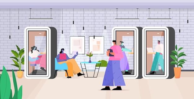 Бизнесмены, работающие в защитных стеклянных кабинах в современном офисе, горизонтальная полная длина векторная иллюстрация