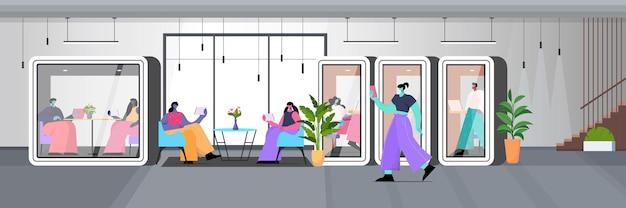Бизнесмены, работающие в кабинах из защитного стекла, современный офисный интерьер, горизонтальная полная длина, векторная иллюстрация