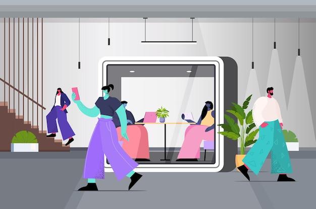 Бизнесмены, работающие в кабинах с защитным стеклом, современный офисный интерьер, горизонтальный