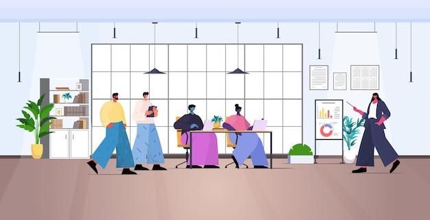 Деловая женщина, анализирующая финансовые данные на флип-чарте, бизнес-леди, делающая презентацию горизонтальной