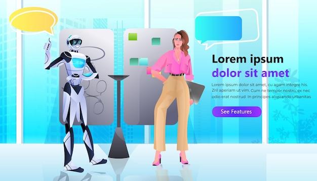 Бизнесвумен и робот обсуждают во время встречи чат пузырь общение концепция совместной работы искусственного интеллекта горизонтальная полная копия пространства векторные иллюстрации