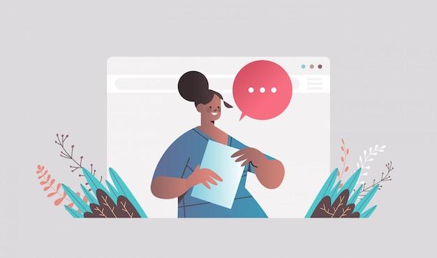 ビデオ通話中にチャット実業家チャットバブルのスピーチでのビジネスの女性