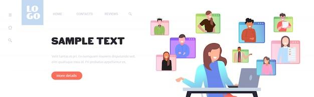 ビデオ通話中にオンライン会議を持つ実業家リモート作業検疫分離の概念。ビジネスウーマンusilngラップトップ職場コピースペースポートレートイラスト