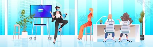 オフィスコロナウイルスパンデミックコンセプト水平での会議会議中にビジネスマンチームと話し合うマスクの女性実業家
