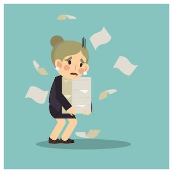 Деловая женщина не счастлива, из-за слишком много бумажной работы для нее.