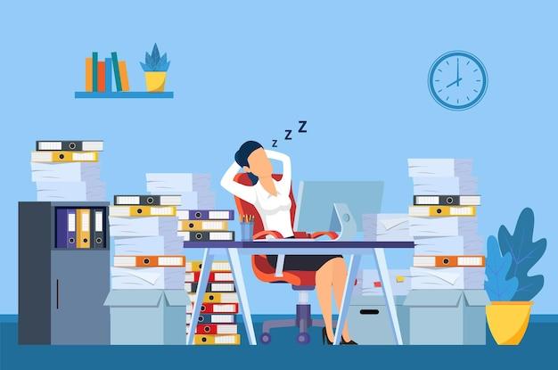 Деловая женщина спит на своем рабочем месте