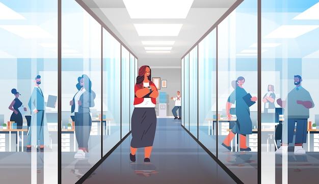 廊下のリーダーシップの概念に立っているフォーマルな服装の成功したビジネスウーマンの実業家リーダーモダンなオフィスインテリア全身イラスト